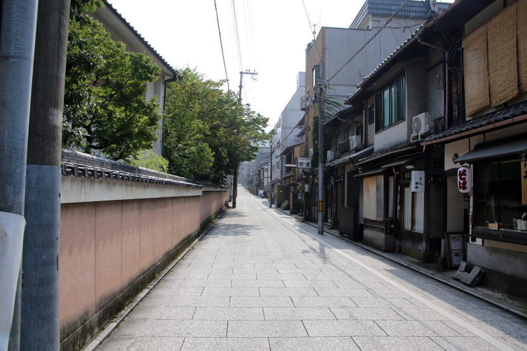京都 祇園 安井通り 京町家の宿へ